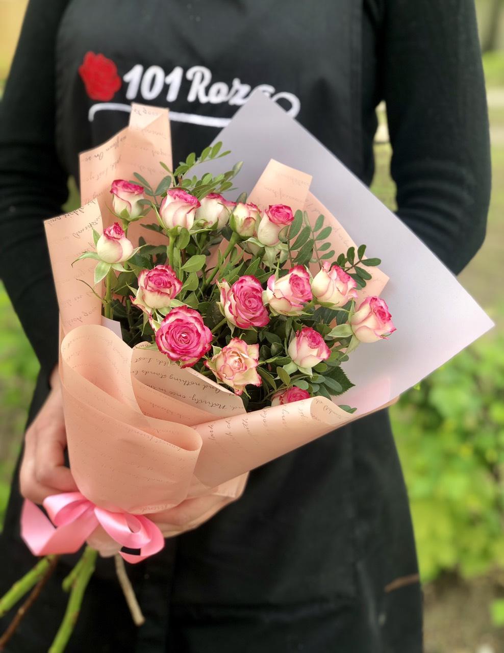 Букет для 1 сентября из кустовых роз, цветов